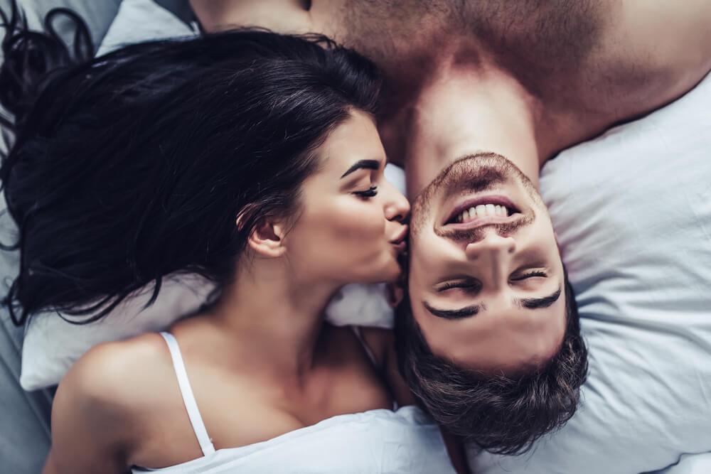 """MAKE SEX EASIER: Jak odróżnić, czy mężczyzna cię pożąda, czy go """"tylko"""" podniecasz?"""