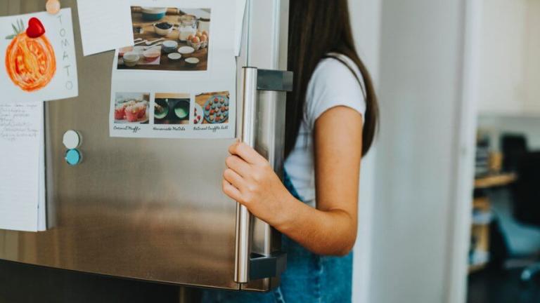 dziewczynka zagląda do lodówki