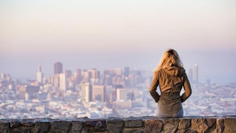 blondynka podziwiająca widok miasta