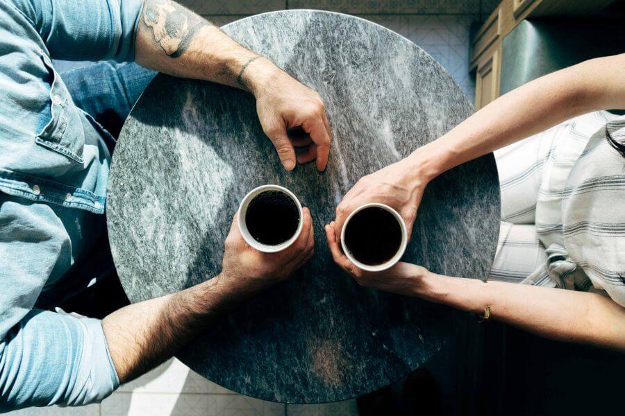 para rozmawiająca przy kawie