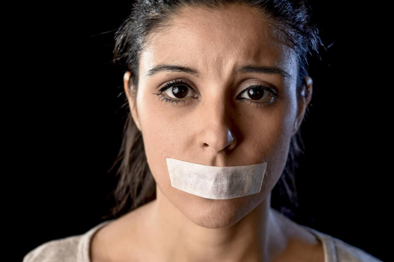 zaklejone taśmą usta kobiety